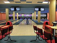 Bowling - restaurace s.r.o., Měšťanská 3786/72, Hodonín – bílé osvětlení drah, 6 drah UV, šňůrové stavěče Vollmer, scoring Qubica s řídícím PC, rok výstavby 2004, instalováno v jedné hale společně se 2 drahami kuželek