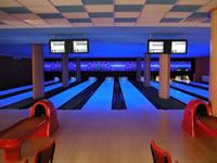 Bowling - restaurace s.r.o., Měšťanská 3786/72, Hodonín – UV osvětlení drah, 6 drah UV, šňůrové stavěče Vollmer, scoring Qubica s řídícím PC, rok výstavby 2004, instalováno v jedné hale společně se 2 drahami kuželek