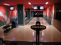 Bowling bar Step, Malletova 1141, Praha 9 – 3 dráhy UV, šňůrové stavěče Vollmer, scoring Qubica s řídícím PC, rok výstavby 2002
